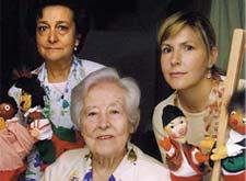 Ángeles Gasset (sentada), Elena Berlanga y Ángeles Lorente.Tres generaciones de titereras.