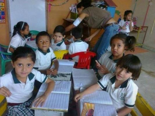 Alumnos de la escuela María Magdalena Cevallos, fotografía de Geólogos del Mundo